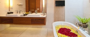 Bali-Maca-Seminyak-Honeymoon-Villa-Romantic-Bathroom-Flower