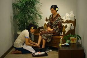 Bali-Maharaja-Seminyak-Villa-Honeymoon-Foot-Massage