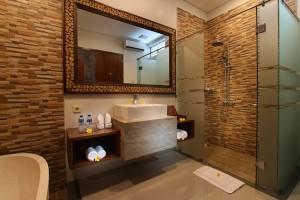 Bali-Maharaja-Seminyak-Villa-Honeymoon-Toilet