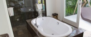 Bali-Astana-Batubelig-Honeymoon-Bathtub