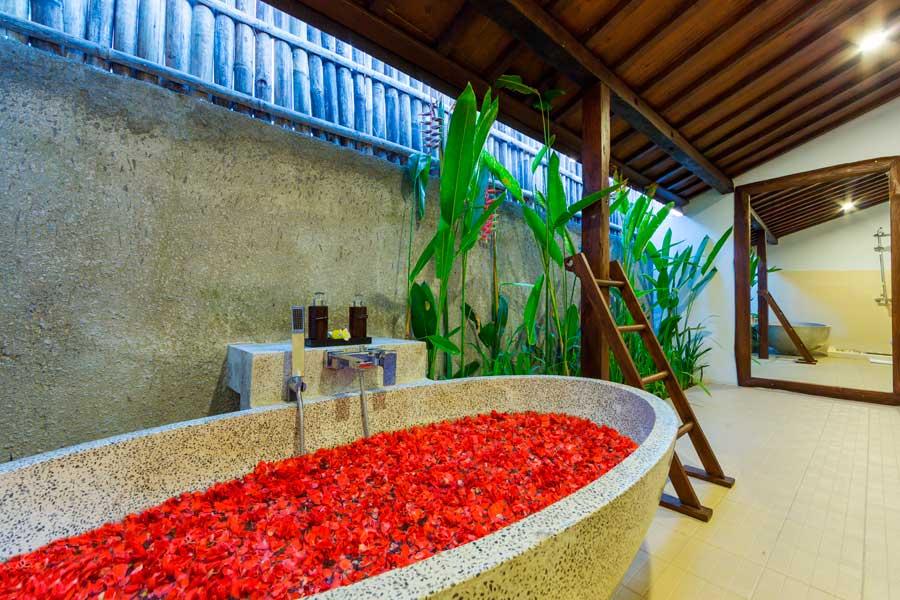 Anyar Sari Villa - Flower Bathtub